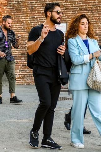 Cómo combinar una camiseta con cuello circular negra: Empareja una camiseta con cuello circular negra junto a un pantalón chino negro para un almuerzo en domingo con amigos. Si no quieres vestir totalmente formal, elige un par de deportivas negras.