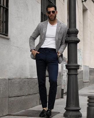 Cómo combinar un blazer de punto gris: Casa un blazer de punto gris junto a un pantalón chino azul marino para lograr un estilo informal elegante. Mocasín de cuero negro dan un toque chic al instante incluso al look más informal.