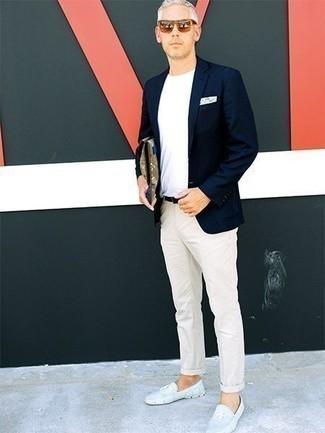 Cómo combinar un mocasín de ante celeste: Equípate un blazer azul marino con un pantalón chino en beige para lograr un estilo informal elegante. ¿Quieres elegir un zapato informal? Opta por un par de mocasín de ante celeste para el día.