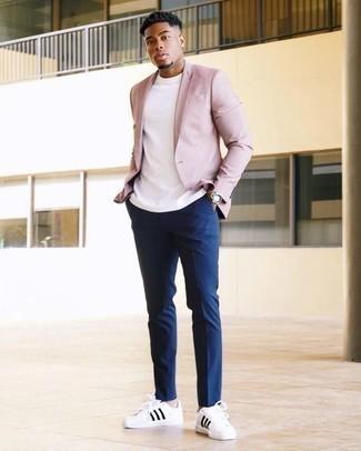 Cómo combinar un blazer rosado: Si buscas un look en tendencia pero clásico, opta por un blazer rosado y un pantalón chino azul marino. ¿Por qué no añadir tenis de cuero en blanco y negro a la combinación para dar una sensación más relajada?