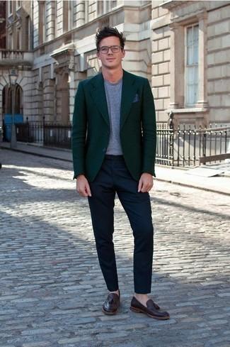 Cómo combinar un blazer verde oscuro: Casa un blazer verde oscuro con un pantalón chino azul marino para crear un estilo informal elegante. ¿Te sientes valiente? Completa tu atuendo con mocasín con borlas de cuero burdeos.