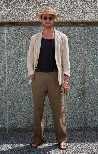 Cómo combinar un blazer en beige: Intenta combinar un blazer en beige con un pantalón chino marrón para crear un estilo informal elegante. ¿Quieres elegir un zapato informal? Completa tu atuendo con sandalias de cuero marrónes para el día.