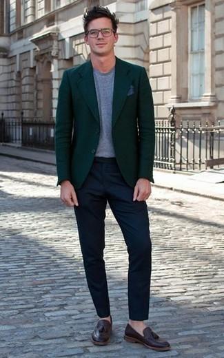 Cómo combinar un blazer verde oscuro: Usa un blazer verde oscuro y un pantalón chino azul marino para lograr un estilo informal elegante. Con el calzado, sé más clásico y usa un par de mocasín con borlas de cuero en marrón oscuro.