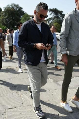 Cómo combinar un blazer negro: Equípate un blazer negro junto a un pantalón chino gris para las 8 horas. Si no quieres vestir totalmente formal, haz deportivas azul marino tu calzado.