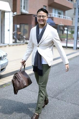Cómo combinar un portafolio de cuero marrón: Intenta ponerse un blazer blanco y un portafolio de cuero marrón para un look agradable de fin de semana. Con el calzado, sé más clásico y completa tu atuendo con zapatos oxford de cuero en marrón oscuro.