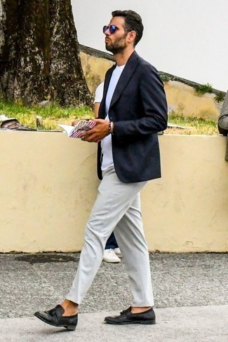 Cómo combinar un mocasín con borlas de cuero negro: Empareja un blazer azul marino con un pantalón chino gris para después del trabajo. Opta por un par de mocasín con borlas de cuero negro para mostrar tu inteligencia sartorial.