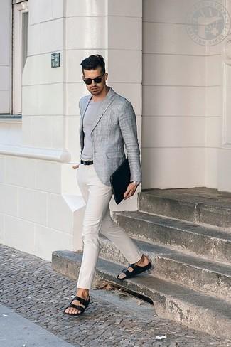 Cómo combinar una camiseta con cuello circular gris: Intenta ponerse una camiseta con cuello circular gris y un pantalón chino blanco para conseguir una apariencia relajada pero elegante. Sandalias de cuero negras añaden un toque de personalidad al look.