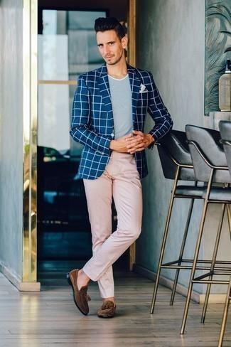 Cómo combinar un blazer a cuadros azul marino: Opta por un blazer a cuadros azul marino y un pantalón chino rosado para lograr un look de vestir pero no muy formal. Mocasín con borlas de ante marrón añaden la elegancia necesaria ya que, de otra forma, es un look simple.
