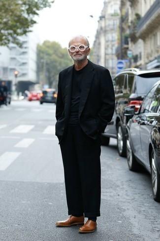 Moda para hombres de 60 años: Si buscas un look en tendencia pero clásico, elige un blazer azul marino y un pantalón chino negro. ¿Te sientes valiente? Completa tu atuendo con mocasín de cuero marrón.