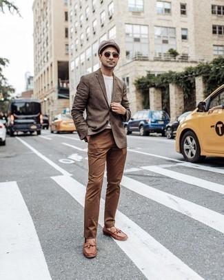 Cómo combinar un blazer marrón: Utiliza un blazer marrón y un pantalón chino marrón para un lindo look para el trabajo. ¿Te sientes valiente? Complementa tu atuendo con mocasín con borlas de cuero marrón.