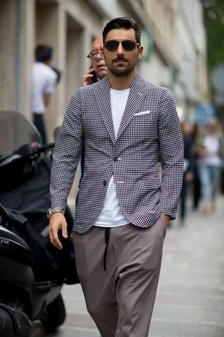 Outfits hombres: Si buscas un look en tendencia pero clásico, intenta ponerse un blazer a cuadros en violeta y un pantalón chino gris.