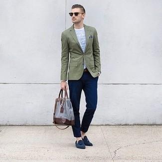 Cómo combinar un pañuelo de bolsillo estampado en azul marino y blanco: Casa un blazer verde oliva junto a un pañuelo de bolsillo estampado en azul marino y blanco para un look agradable de fin de semana. Con el calzado, sé más clásico y complementa tu atuendo con mocasín con borlas de ante azul marino.