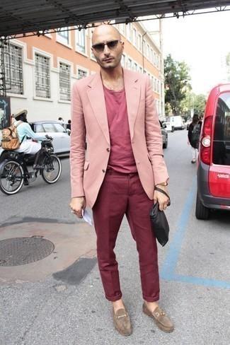 Cómo combinar un bolso con cremallera de cuero negro: Emparejar un blazer rosado con un bolso con cremallera de cuero negro es una opción buena para el fin de semana. ¿Te sientes ingenioso? Dale el toque final a tu atuendo con mocasín de ante marrón claro.