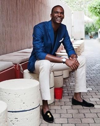 Look de moda: Blazer azul, Camiseta con cuello circular negra, Pantalón chino blanco, Mocasín de ante bordado negro