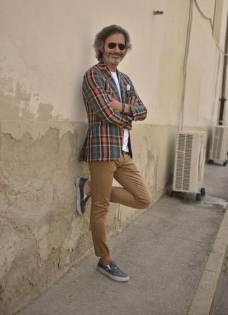 Cómo combinar un pantalón chino marrón claro: Casa un blazer de tartán en multicolor junto a un pantalón chino marrón claro para las 8 horas. Si no quieres vestir totalmente formal, haz zapatillas slip-on de lona de camuflaje verde oscuro tu calzado.