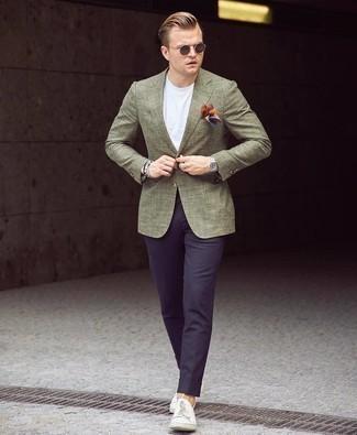 Cómo combinar un pañuelo de bolsillo en tabaco: Para un atuendo tan cómodo como tu sillón considera emparejar un blazer verde oliva con un pañuelo de bolsillo en tabaco. Tenis de lona blancos levantan al instante cualquier look simple.