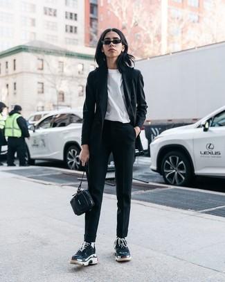 Cómo combinar: blazer negro, camiseta con cuello circular blanca, pantalón de pinzas negro, deportivas negras