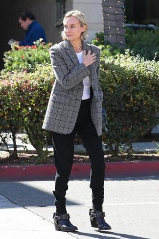 Cómo combinar: blazer de tartán gris, camiseta con cuello circular blanca, pantalón de pinzas negro, botines de cuero en marrón oscuro
