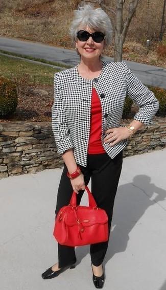 Cómo combinar: blazer de pata de gallo en blanco y negro, camiseta con cuello circular roja, pantalón de vestir negro, zapatos de tacón de cuero negros