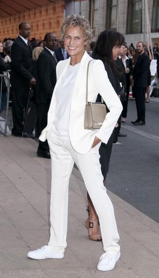 Look de Lauren Hutton: Blazer Blanco, Camiseta con Cuello Circular Blanca, Pantalón de Vestir Blanco, Tenis de Lona Blancos