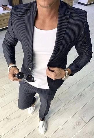 Cómo combinar: blazer de rayas verticales en gris oscuro, camiseta con cuello circular blanca, pantalón de vestir de rayas verticales en gris oscuro, mocasín con borlas de cuero blanco