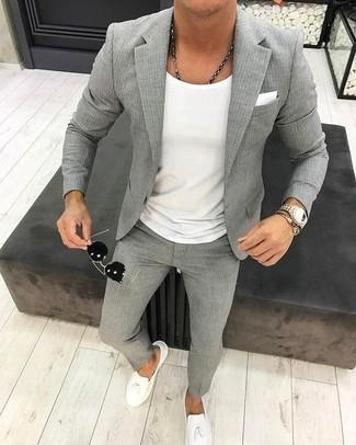 Cómo combinar: blazer de rayas verticales gris, camiseta con cuello circular blanca, pantalón de vestir de rayas verticales gris, mocasín con borlas de cuero blanco