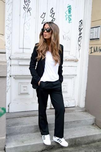 Cómo combinar: blazer negro, camiseta con cuello circular blanca, pantalón de vestir negro, tenis de cuero blancos