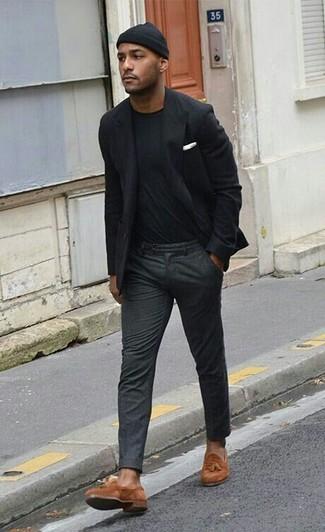 Cómo combinar: blazer negro, camiseta con cuello circular negra, pantalón de vestir de lana en gris oscuro, mocasín con borlas de ante en tabaco