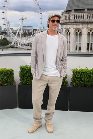 Cómo combinar: blazer de lino gris, camiseta con cuello circular blanca, pantalón de vestir de lino en beige, zapatos derby de ante marrón claro