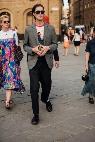 Cómo combinar: blazer de lana gris, camiseta con cuello circular estampada blanca, pantalón de vestir de lana negro, zapatos derby de cuero negros