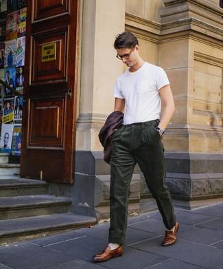 Cómo combinar un blazer morado oscuro: Elige un blazer morado oscuro y un pantalón de vestir de pana verde oscuro para rebosar clase y sofisticación. Completa el look con mocasín de cuero marrón.