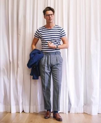 Cómo combinar: blazer azul marino, camiseta con cuello circular de rayas horizontales en blanco y azul marino, pantalón de vestir de lana azul, mocasín de cuero marrón