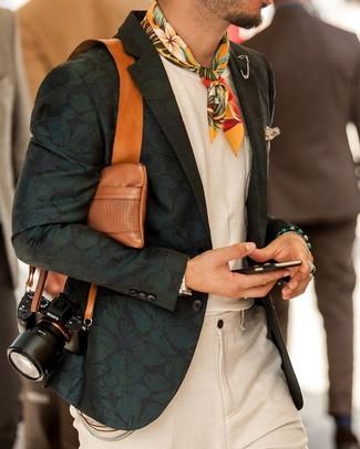 Cómo combinar un pañuelo de bolsillo estampado en beige: Un blazer con print de flores verde oscuro y un pañuelo de bolsillo estampado en beige son una opción buena para el fin de semana.