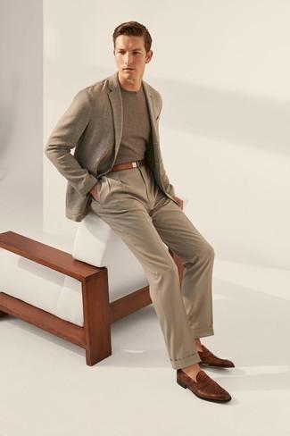 Cómo combinar un pantalón de vestir marrón claro: Casa un blazer gris con un pantalón de vestir marrón claro para una apariencia clásica y elegante. Mocasín de cuero marrón son una opción inigualable para completar este atuendo.