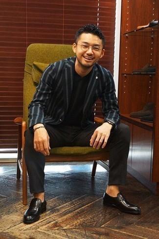 Cómo combinar un blazer de rayas verticales azul marino: Utiliza un blazer de rayas verticales azul marino y un pantalón de vestir en gris oscuro para una apariencia clásica y elegante. Mocasín de cuero negro son una opción grandiosa para complementar tu atuendo.
