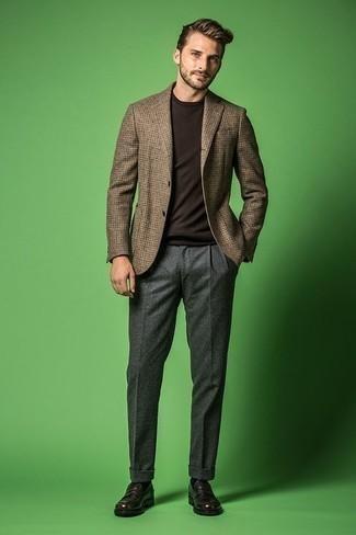 Cómo combinar un mocasín de cuero en marrón oscuro: Elige un blazer de pata de gallo marrón y un pantalón de vestir de lana gris para rebosar clase y sofisticación. Mocasín de cuero en marrón oscuro son una opción muy buena para completar este atuendo.