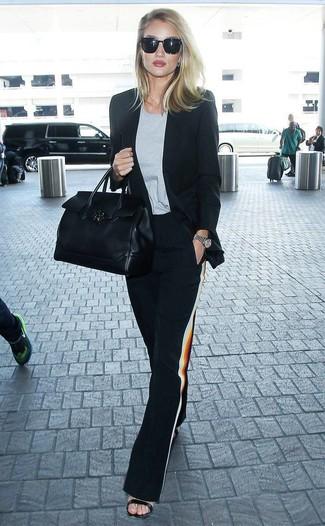 Cómo combinar: blazer negro, camiseta con cuello circular gris, pantalones anchos negros, sandalias de tacón de cuero negras