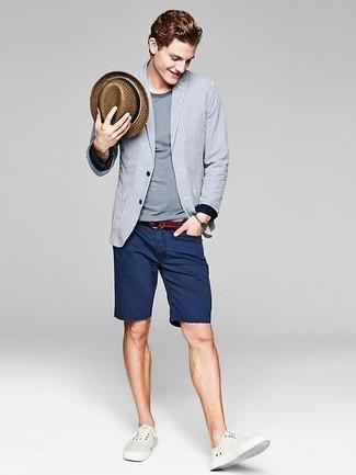 Cómo combinar: blazer de rayas verticales gris, camiseta con cuello circular gris, pantalones cortos vaqueros azul marino, zapatillas plimsoll blancas