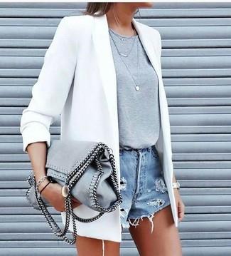 Los días ocupados exigen un atuendo simple aunque elegante, como un blazer blanco y unos pantalones cortos vaqueros desgastados celestes.