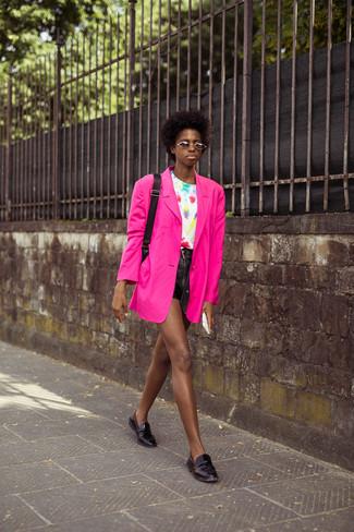 Cómo combinar: blazer rosa, camiseta con cuello circular efecto teñido anudado blanca, pantalones cortos de cuero negros, mocasín de cuero negros