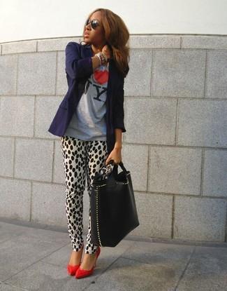 Elige un blazer azul marino y una pulsera multicolor de Chan Luu para una apariencia fácil de vestir para todos los días. Elige un par de zapatos de tacón de cuero rojos para mostrar tu lado fashionista.