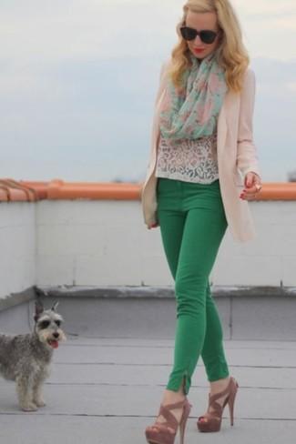 Cómo combinar: blazer en beige, camiseta con cuello circular de encaje blanca, pantalones pitillo verdes, sandalias de tacón de ante marrónes