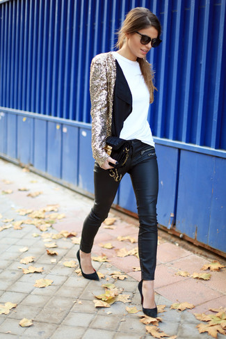 Intenta ponerse un blazer de lentejuelas dorado y unos pantalones pitillo de cuero negros para crear una apariencia elegante y glamurosa. Zapatos de tacón de ante negros son una opción práctica para completar este atuendo.