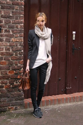 Cómo combinar: blazer negro, camiseta con cuello circular blanca, pantalones pitillo negros, tenis negros