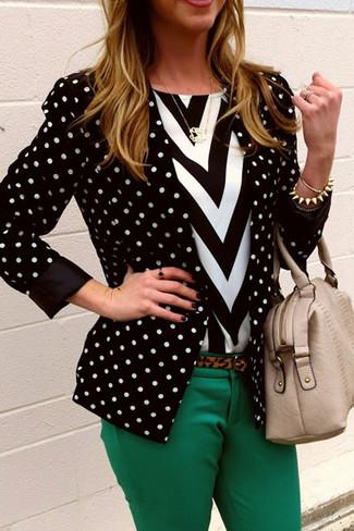 Cómo combinar un blazer a lunares en negro y blanco: Ponte un blazer a lunares en negro y blanco y unos pantalones pitillo verdes para conseguir una apariencia glamurosa y elegante.