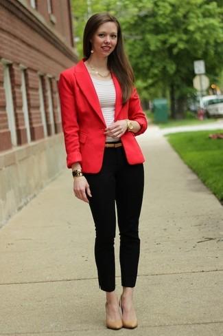 Cómo combinar: blazer rojo, camiseta con cuello circular de rayas horizontales blanca, pantalones pitillo negros, zapatos de tacón de cuero marrón claro