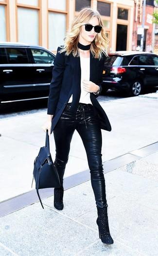Cómo combinar: blazer negro, camiseta con cuello circular blanca, pantalones pitillo de cuero negros, botines de ante con recorte negros
