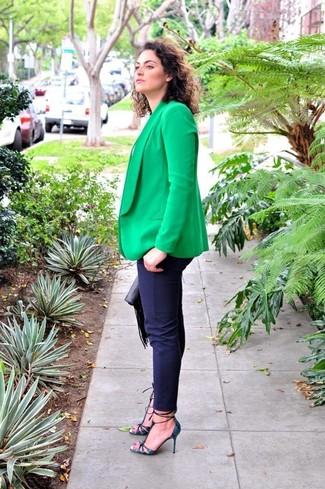 Cómo combinar: blazer verde, camiseta con cuello circular blanca, pantalones pitillo azul marino, zapatos de tacón de cuero con print de serpiente azul marino