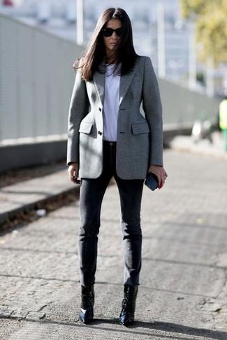 Cómo combinar: blazer gris, camiseta con cuello circular blanca, pantalones pitillo negros, botines de cuero negros