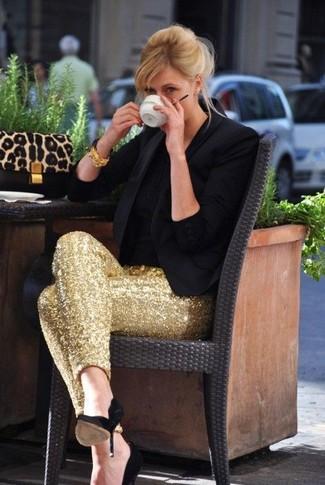 Cómo combinar: blazer negro, camiseta con cuello circular negra, pantalones pitillo de lentejuelas dorados, zapatos de tacón de ante negros